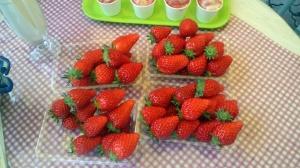 Salah satu buah strawberry yang saya foto ketika berkunjung ke kebun Strawberry sewaktu saya bekerja sebagai translator untuk wawancara dengan tamu Selebritis dari Indonesia. Saya tidak seberapa suka strawberry karena kebanyakan yang dijual di Indonesia sangat masam. Tapi setelah makan strawberry ini saya jadi suka dengan Strawberry. Kami juga disuguhi Ice Cream yang terbuat dari Ice Cream hasil petik kebun mereka secara gratis. Jadi merasa tidak Enak
