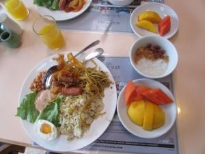 Sarapan pagi,sama seperti Indonesia. Nasi Goreng,Mie goreng,Telur asin,buah mangga,Pepaya!,Jus Jeruk
