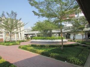 Gedung Kampus Phnom Penh University bagus,bersih dan juga asri banyak tanaman