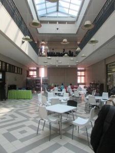 Di dalam gedung fakultas Sastra Jepang ada tempat untuk nongkrong dan belajar. Unviersitas Indonesia bagaimana ya?