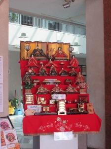 Kebetulan Saya berkunjung kesana pada saat tanggal dekat-dekat dengan Hina Matsuri. Hiasan boneka Hina Matsuri juga sudah di display oleh Pihak Universitas,