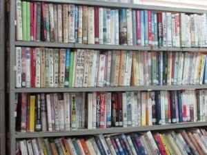 Banyak buku dalam bahasa Jepang dari yang mudah sampai sangat susah untuk dimengerti.