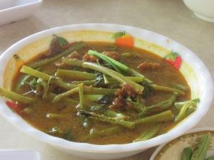 Rasanya kental dengan lemak daging dan sayuran membuat rasanya mirip dengan soto kambing minus beberapa bumbu rempah-rempah
